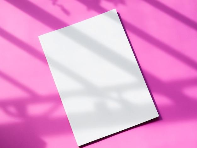 ピンクの背景のトップビューモックアップマガジン 無料写真