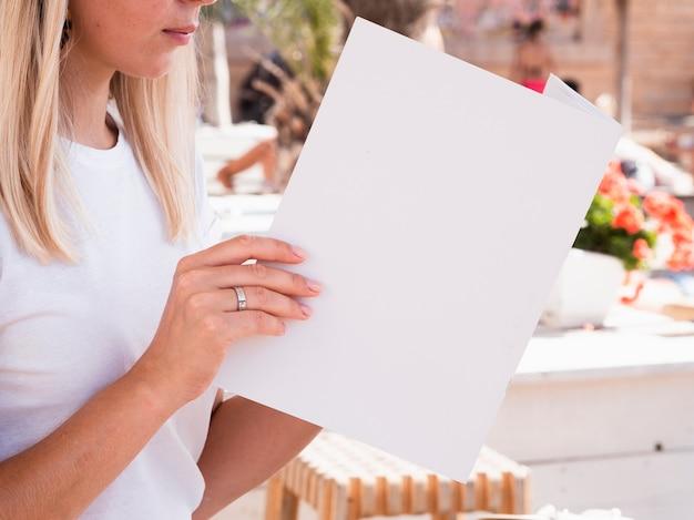モックアップ雑誌を読む女性 無料写真