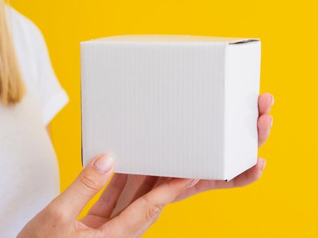 小さな箱を持ってクローズアップ女性 無料写真