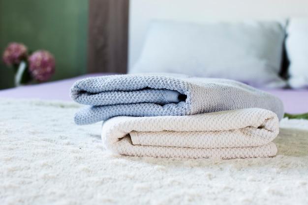 ベッドに柔らかいタオルで装飾 無料写真