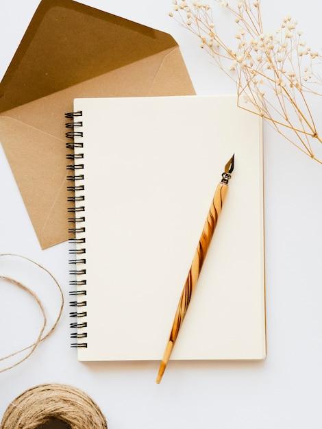 トップビューの空白のメモ帳と封筒 無料写真