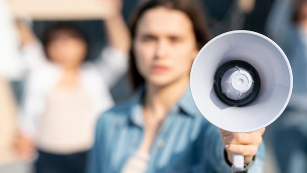 メガホンで抗議している活動家の女性 無料写真