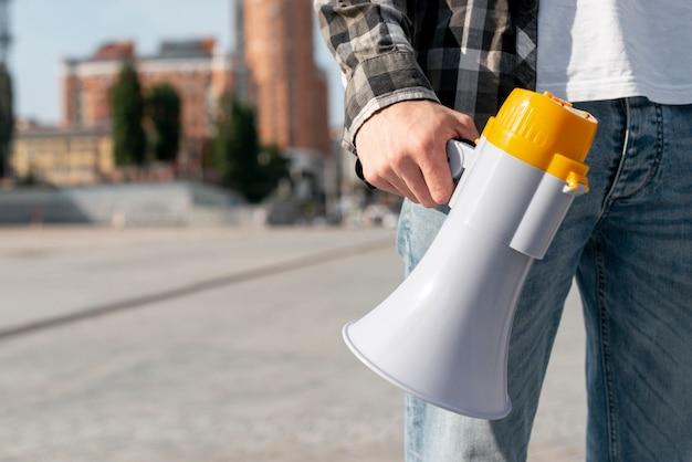 Крупный план протестующего с мегафоном для демонстрации Бесплатные Фотографии