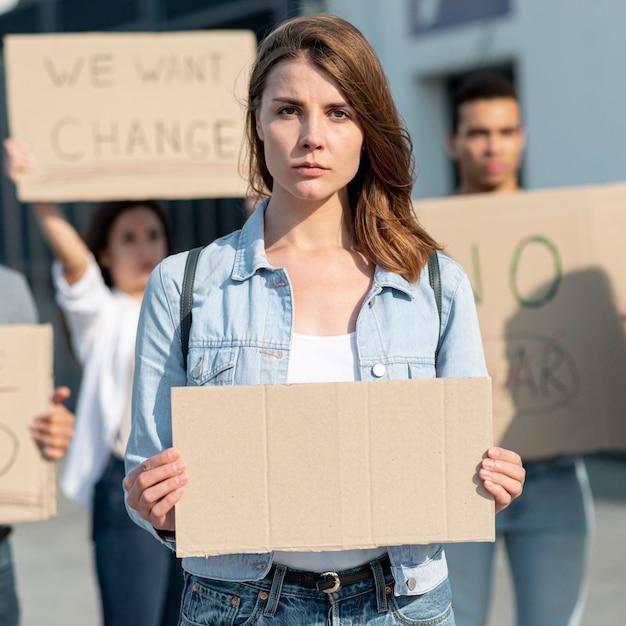 活動家と一緒にデモンストレーションする女性 無料写真