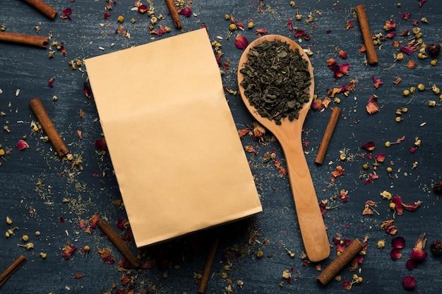 Макет бумажный пакет рядом с зеленым чаем Бесплатные Фотографии