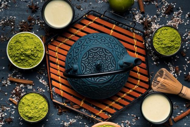 粉末緑茶の横にある日本のティーポットのトップビューセット 無料写真