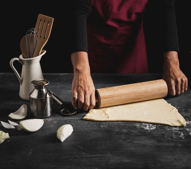 ピザを調理するクローズアップ男 無料写真