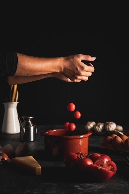 トマトをボウルに入れてクローズアップ人 無料写真