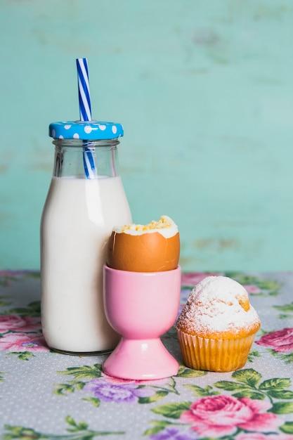 イングリッシュエッグとミルクの栄養朝食 無料写真