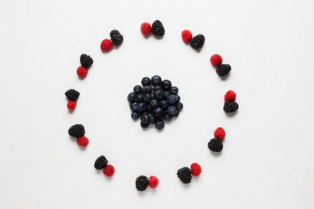 Вкусный круг диких ягод и клубники Бесплатные Фотографии