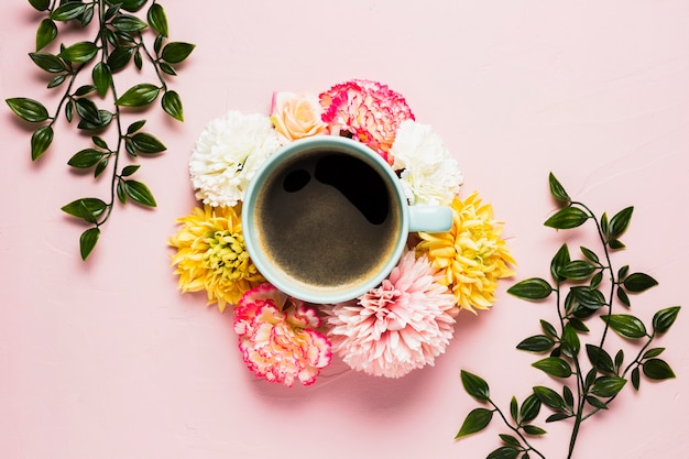 花に囲まれたコーヒーカップ 無料写真