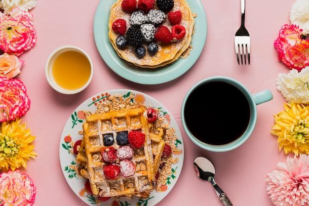 Креативный винтажный завтрак с кофе и фруктами Бесплатные Фотографии