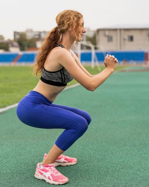 練習前に準備運動をする陽気な女性 無料写真