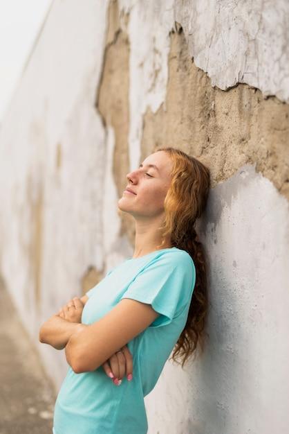腕を組んで座っている肖像画の女性 無料写真