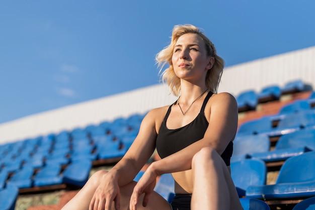 スタジアムで低角度の陽気な女性 無料写真