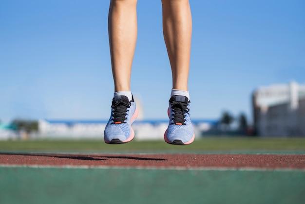 クローズアップ陽気な女性ジャンプ運動 無料写真