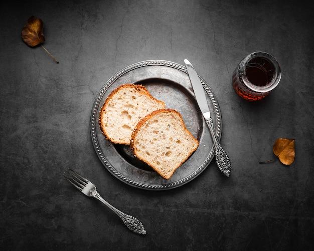 Вид сверху столовые приборы из серебра с хлебом и чаем Бесплатные Фотографии