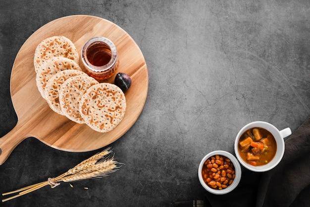 小麦と豆の横にある朝食パンケーキのトップビューコレクション 無料写真