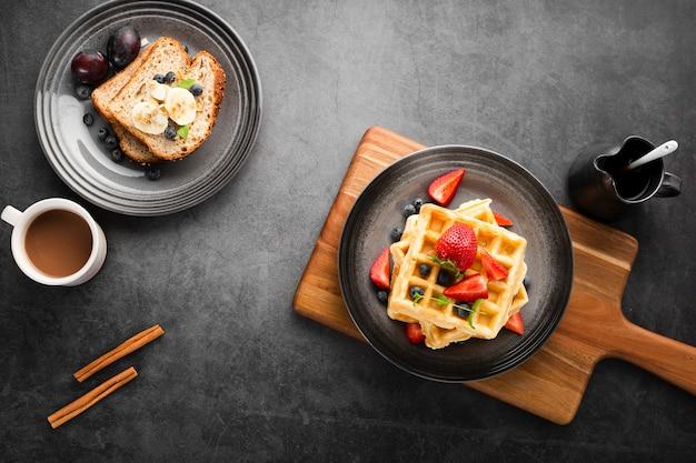 トップビューの朝食とワッフル 無料写真