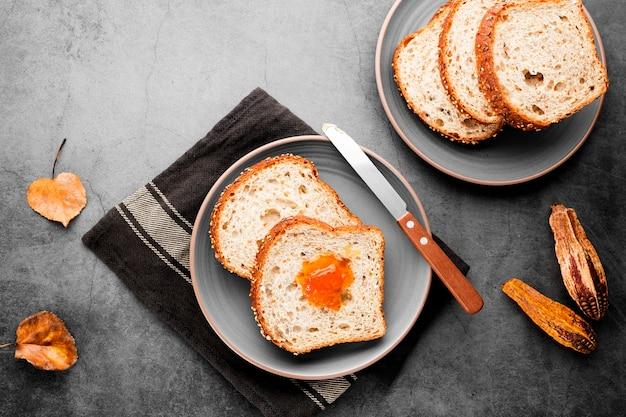 秋の紅葉とパンのトップビューコレクションスライス 無料写真