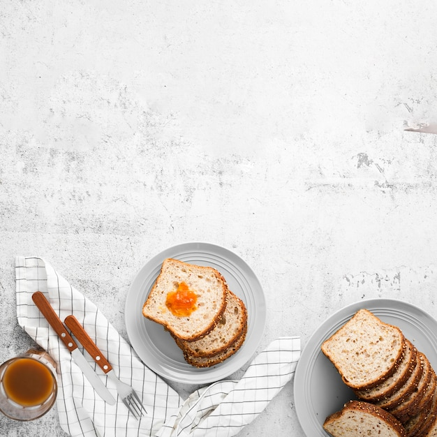 コピースペースでスライスされたパンのトップビューセット 無料写真