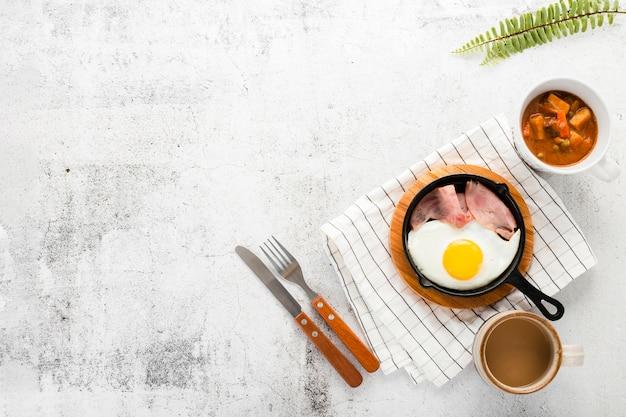 卵とハムの朝食パンのトップビューコレクション 無料写真