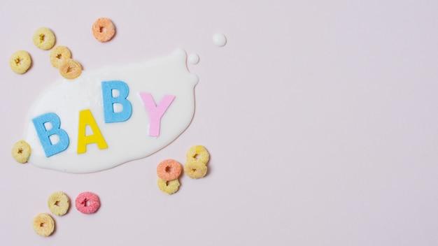 赤ちゃんの言葉、牛乳、穀物とフラットレイアウトフレーム 無料写真