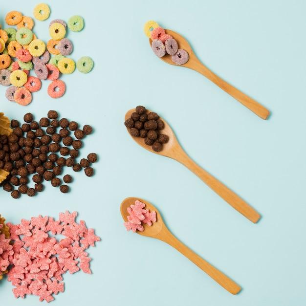 穀物と木のスプーンでフラットレイアウト配置 無料写真