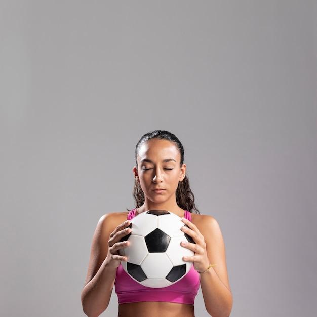 サッカーボールを保持しているフィットの女性 無料写真