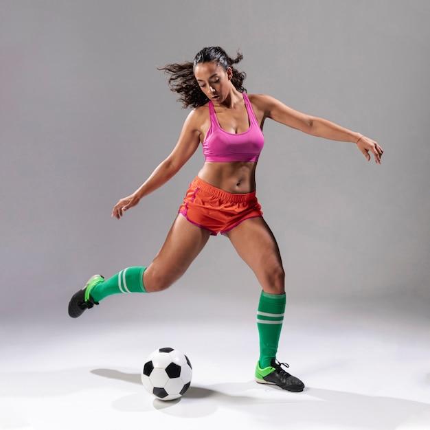 サッカーをしている大人の女性 無料写真