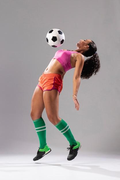 ボールで遊ぶ運動の女性 無料写真