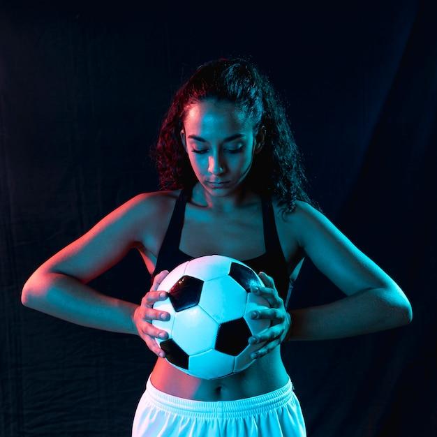 サッカーボールを持つ女性に合う正面図 無料写真