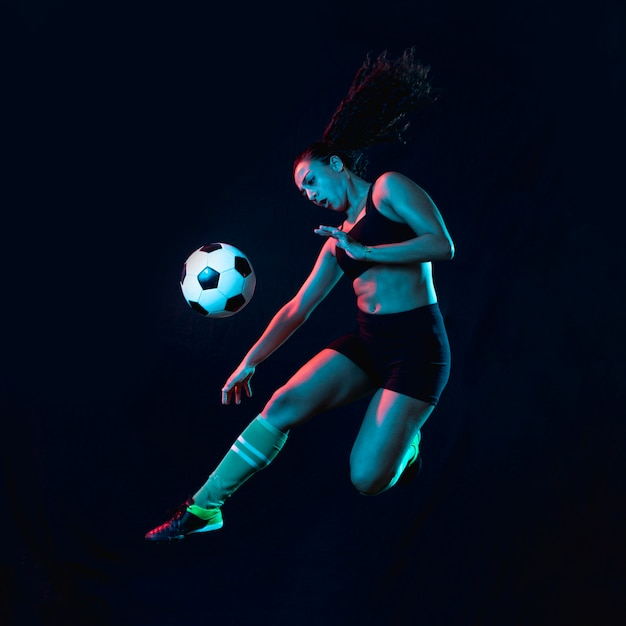 サッカーボールを蹴る若い女の子に合う 無料写真