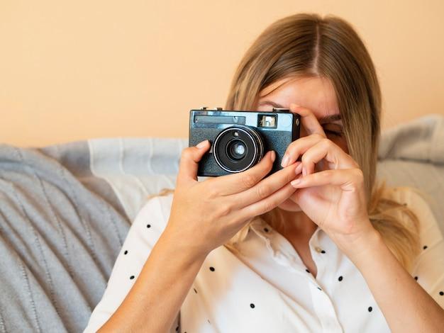 電子カメラデバイスを持つ女性 無料写真