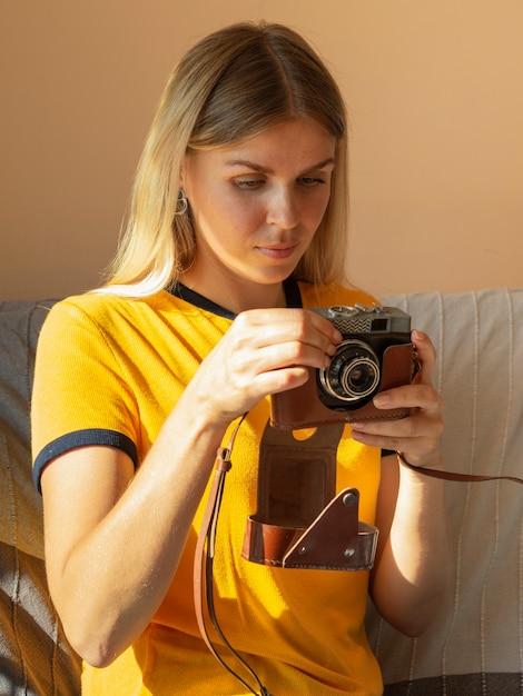 レトロな写真カメラを保持している女性 無料写真