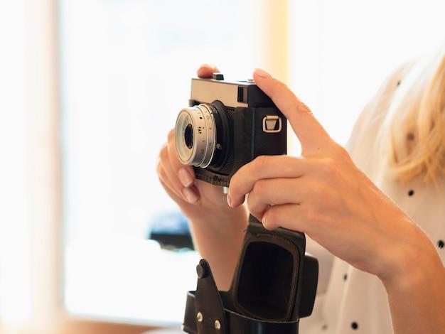ビンテージ写真カメラを保持している女性 無料写真