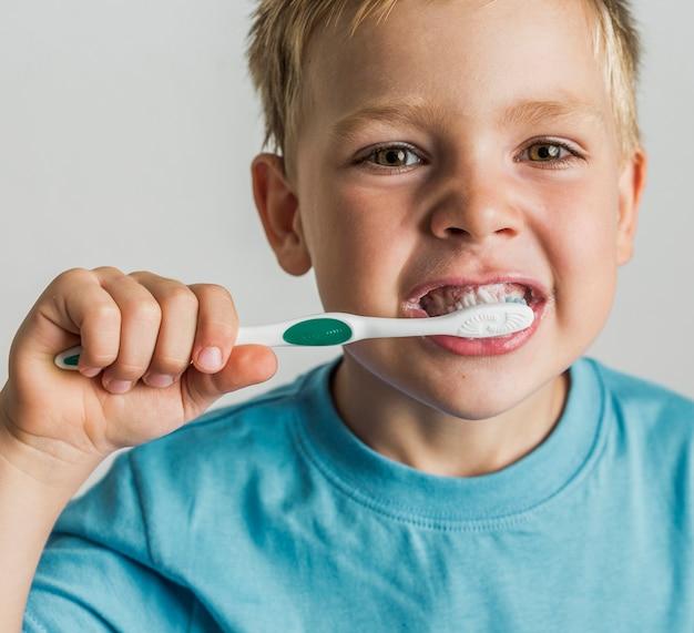 Ребенок крупным планом чистит зубы Бесплатные Фотографии