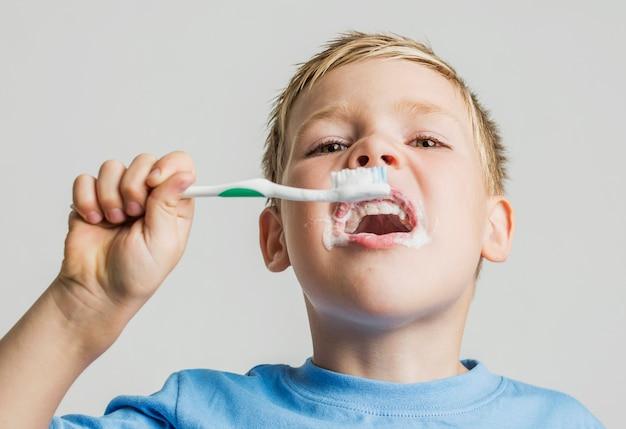 彼の歯を磨く低角度の子供 無料写真