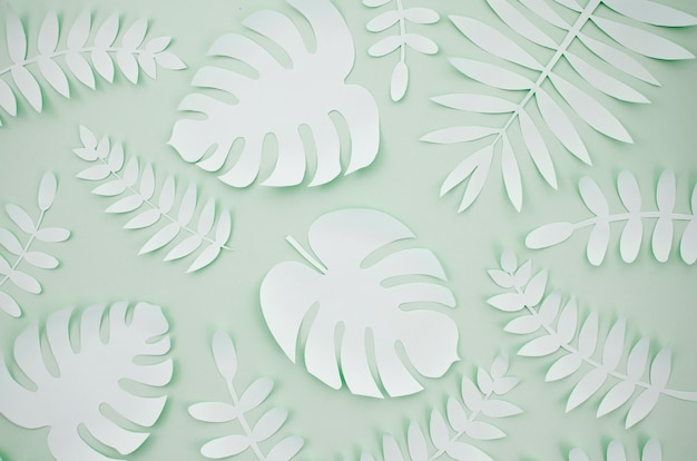灰色の葉の背景を持つ人工葉紙カットスタイル 無料写真