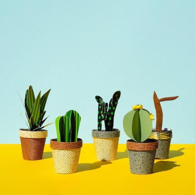 Симпатичный стиль вырезки из искусственных кактусов и копия космического фона Бесплатные Фотографии