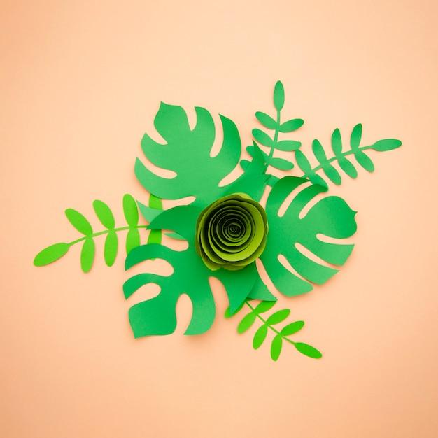 Искусственные листья в стиле бумажной резки и зеленая роза Бесплатные Фотографии