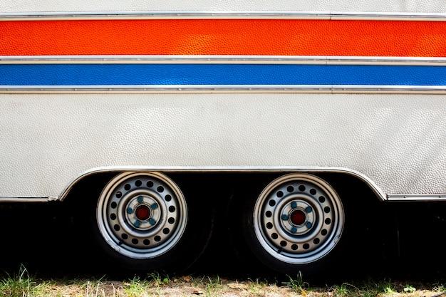 水平線と車輪を持つバン車のテクスチャ 無料写真