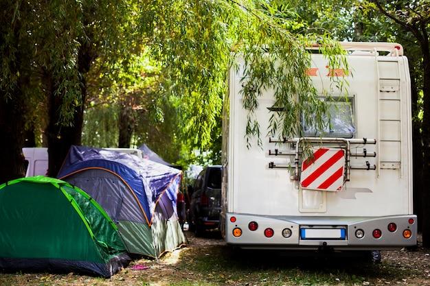 キャンプ用のさまざまなテントとバン 無料写真
