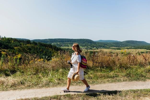 背景として風景と横に歩く女性 無料写真