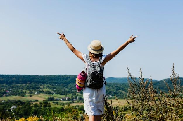外の美しい一日を応援する女性 無料写真