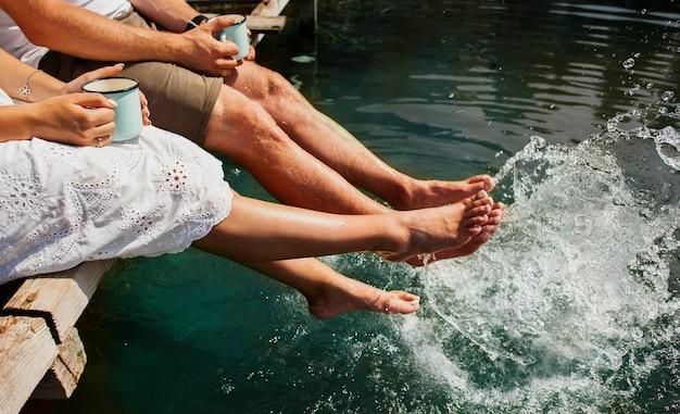 男と女が自分の足で水で遊ぶ 無料写真