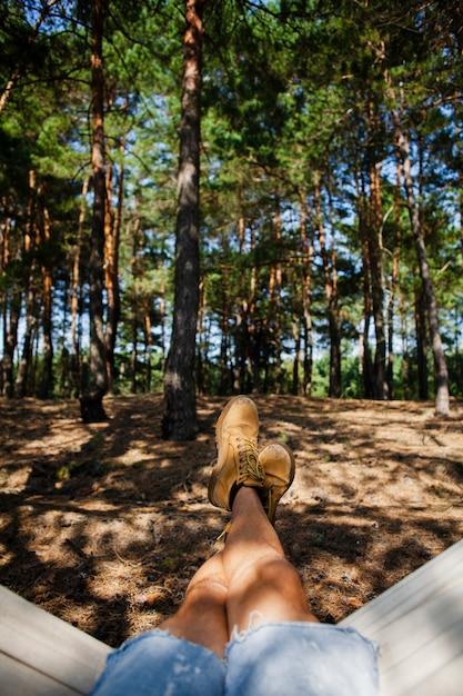 ハンモックで男性の足をクローズアップ 無料写真