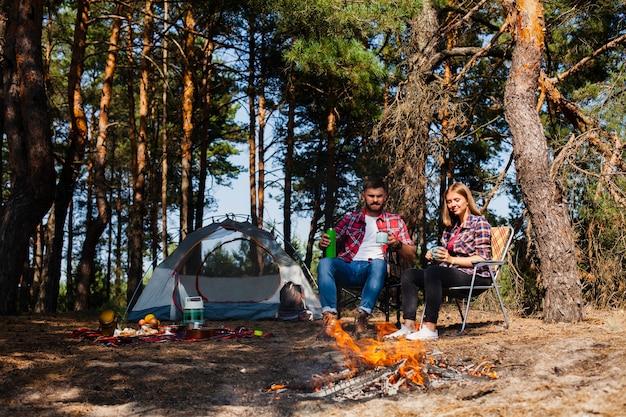 カップルキャンプとリラックスの瞬間 無料写真