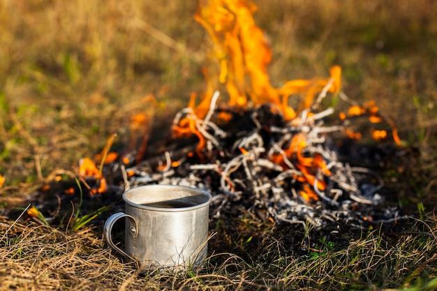 炎とカップの横にある高角度の火 無料写真