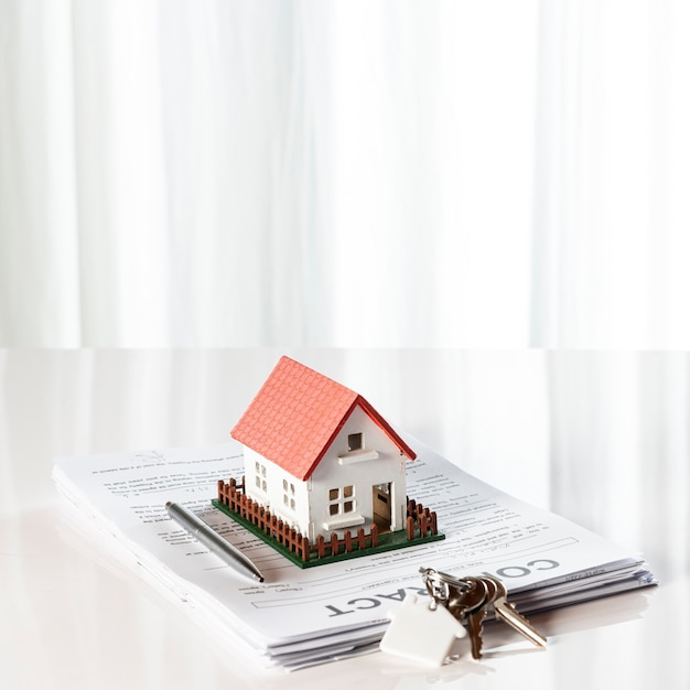 契約書の家と鍵 無料写真